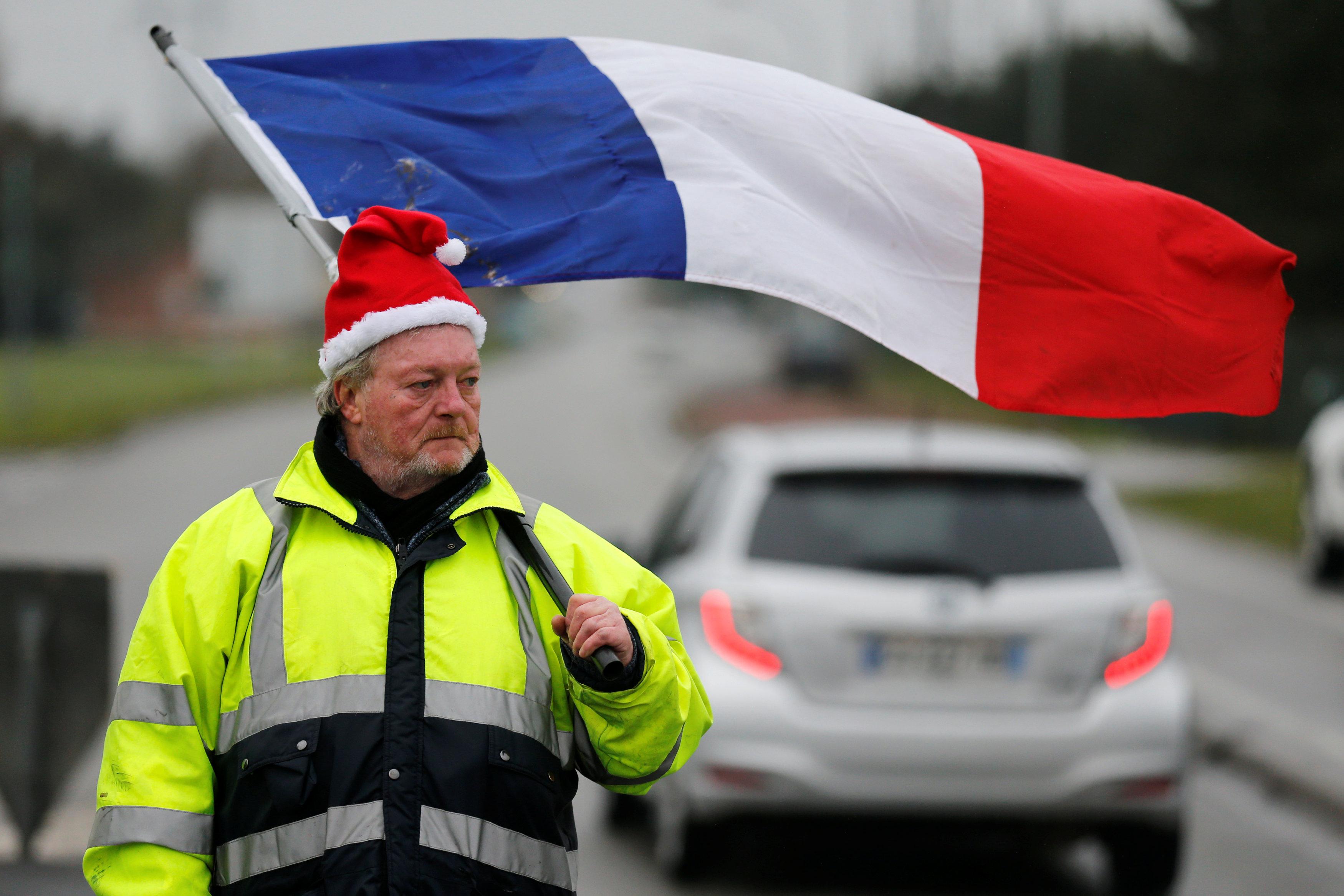 متظاهر يحمل علم فرنسا