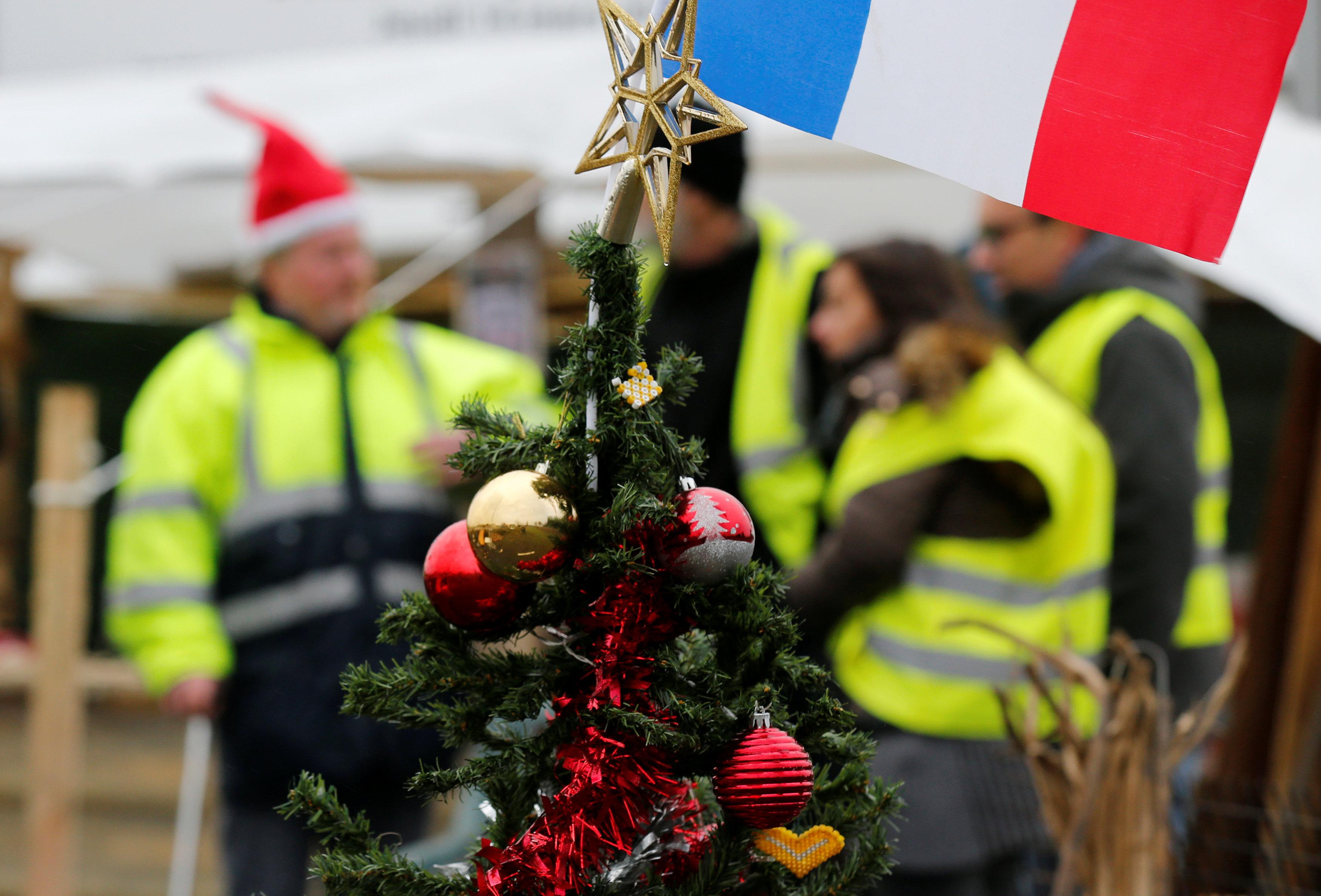 شجرة كريسماس فى مخيمات المتظاهرين