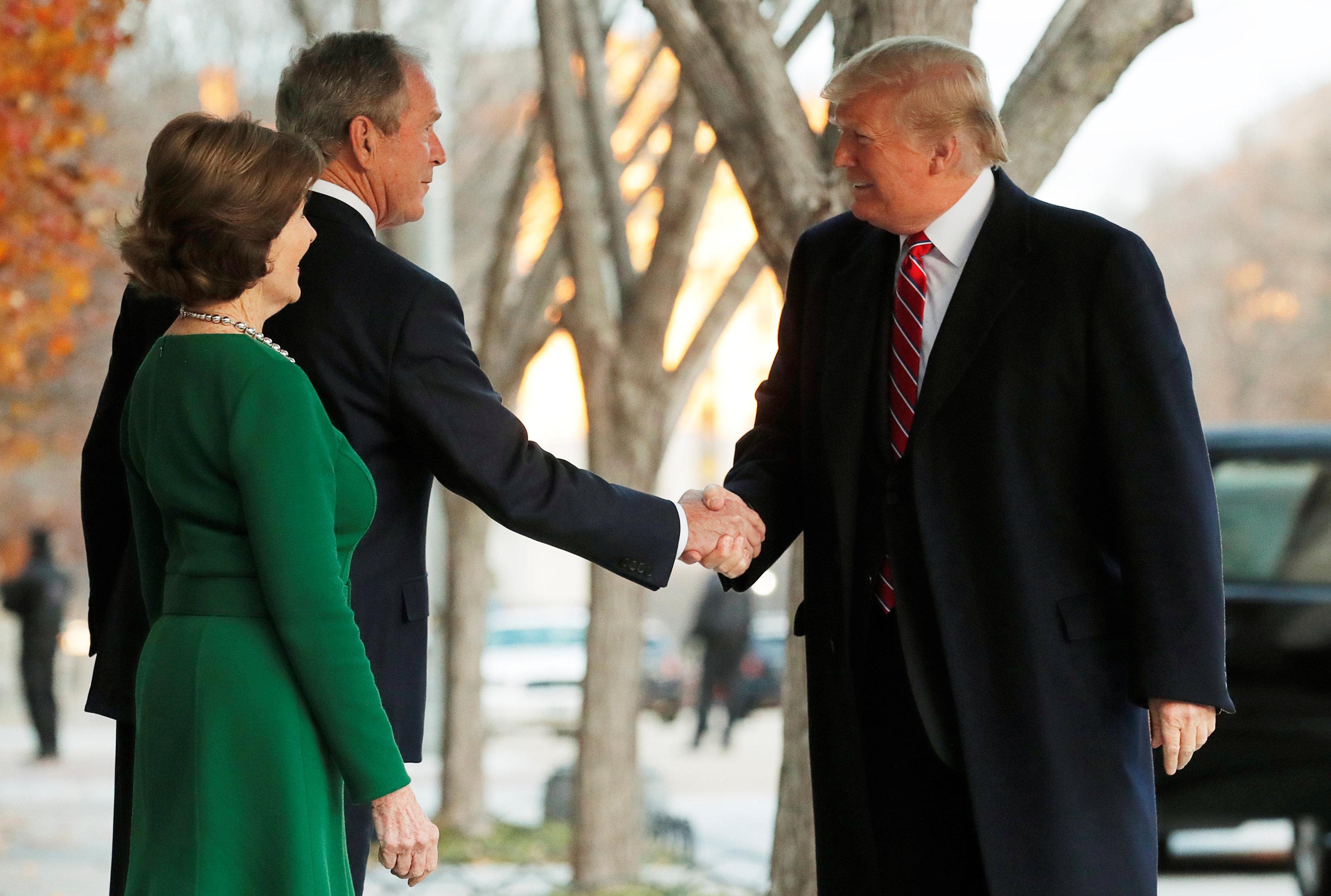 ترامب يقدم التعازى لجورج بوش