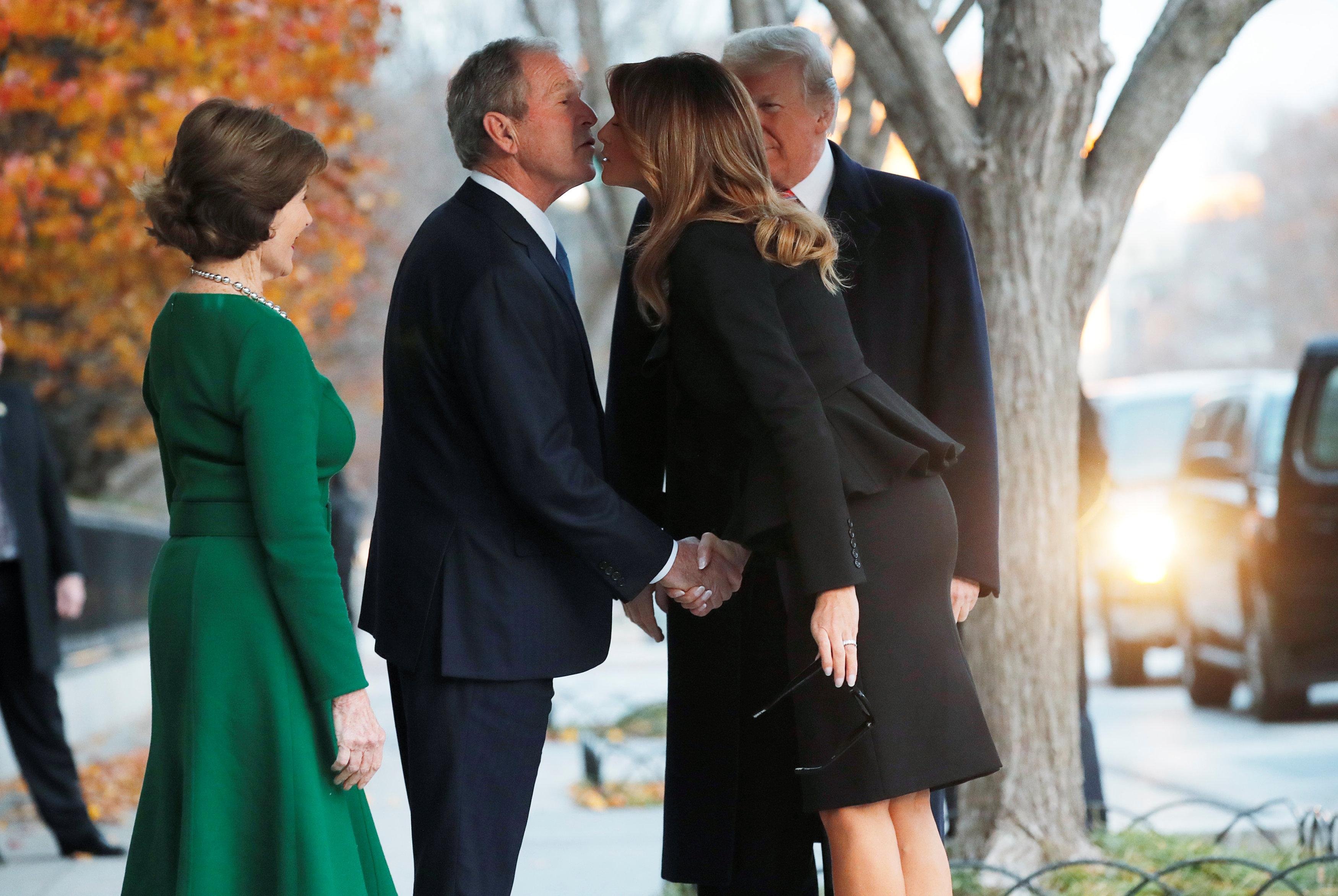 ميلانيا ترامب تقدم التعازى لجورج بوش الابن