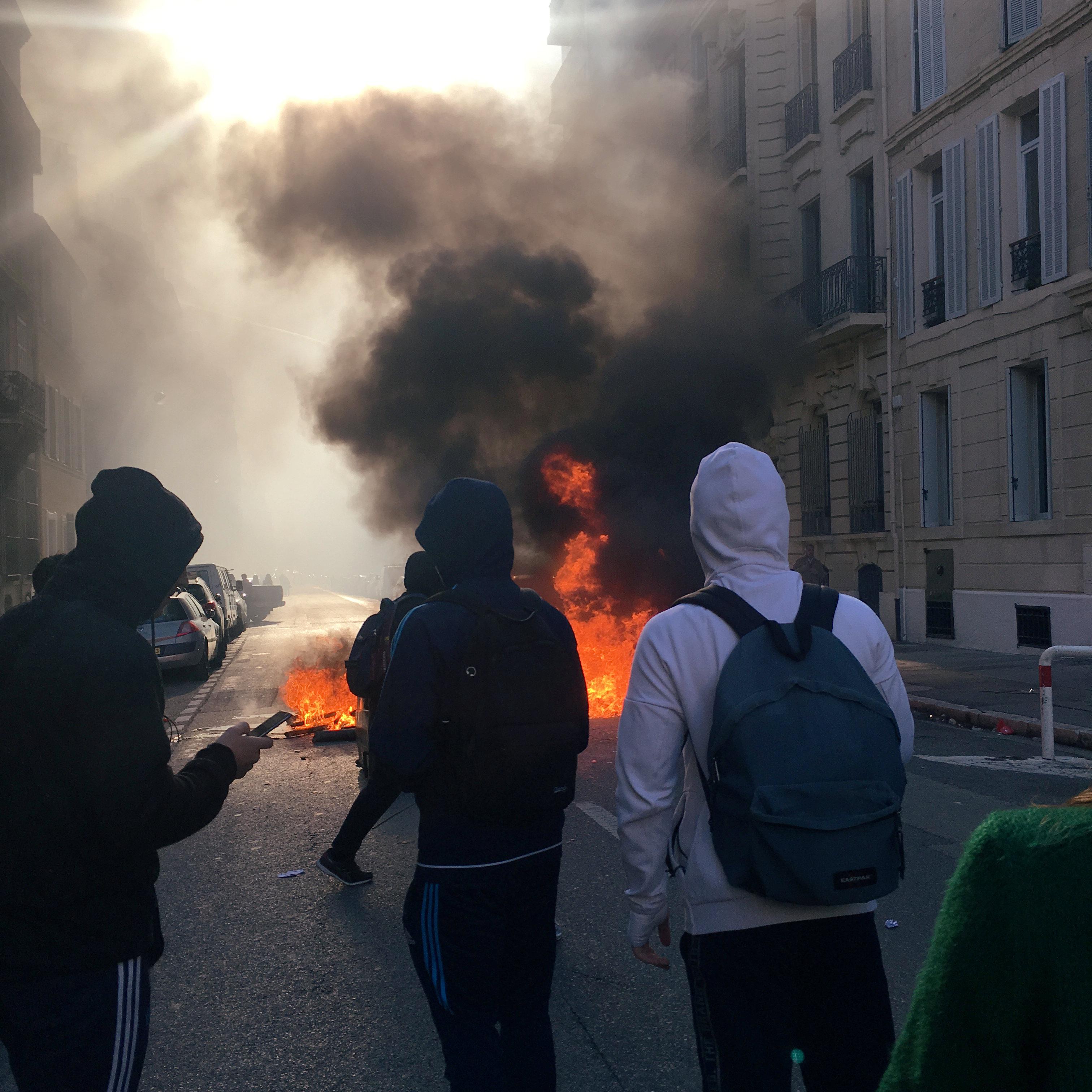 متظاهرون يشعلون النيران فى الشوارع بباريس