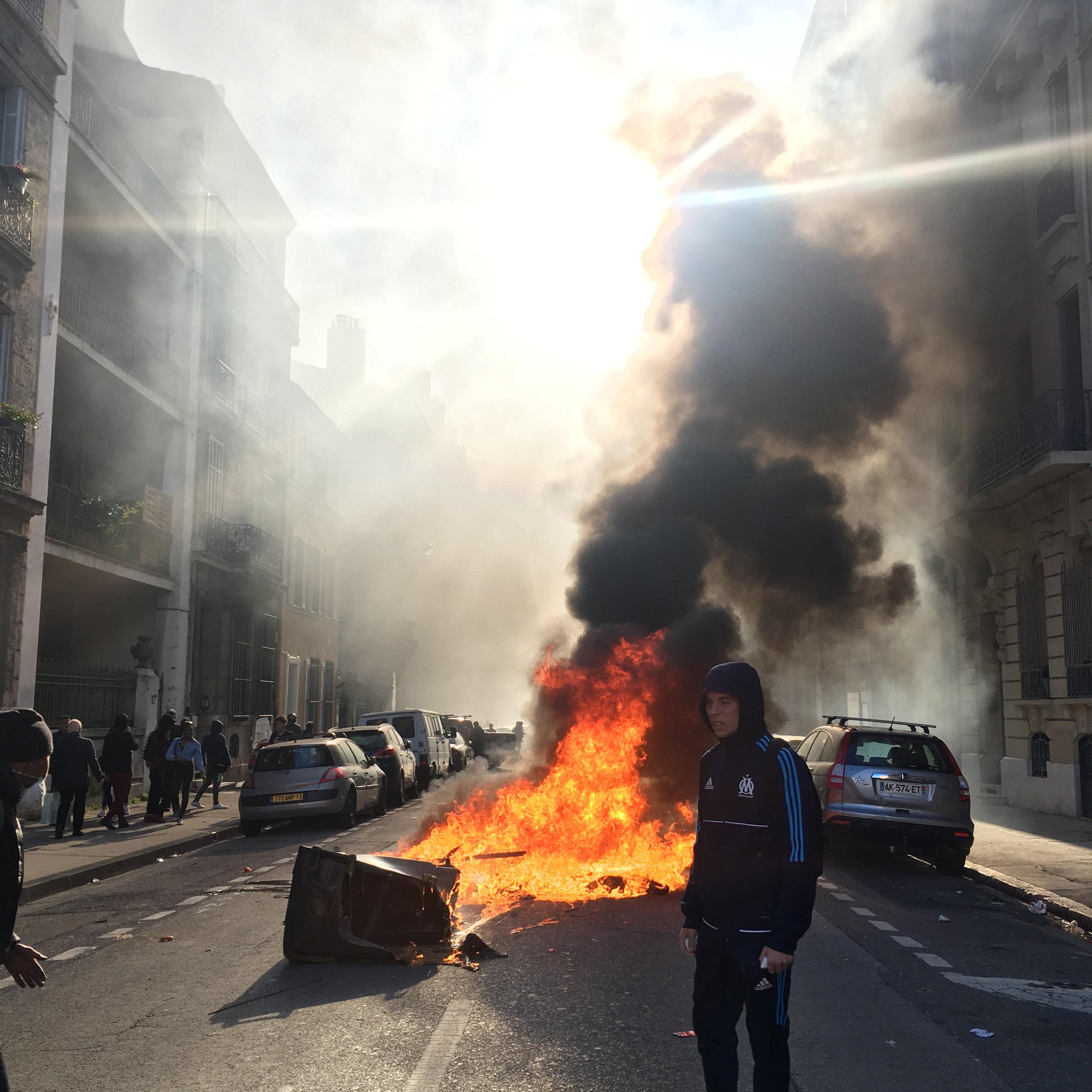 النيران مازالت مندلعة فى شوارع فرنسا