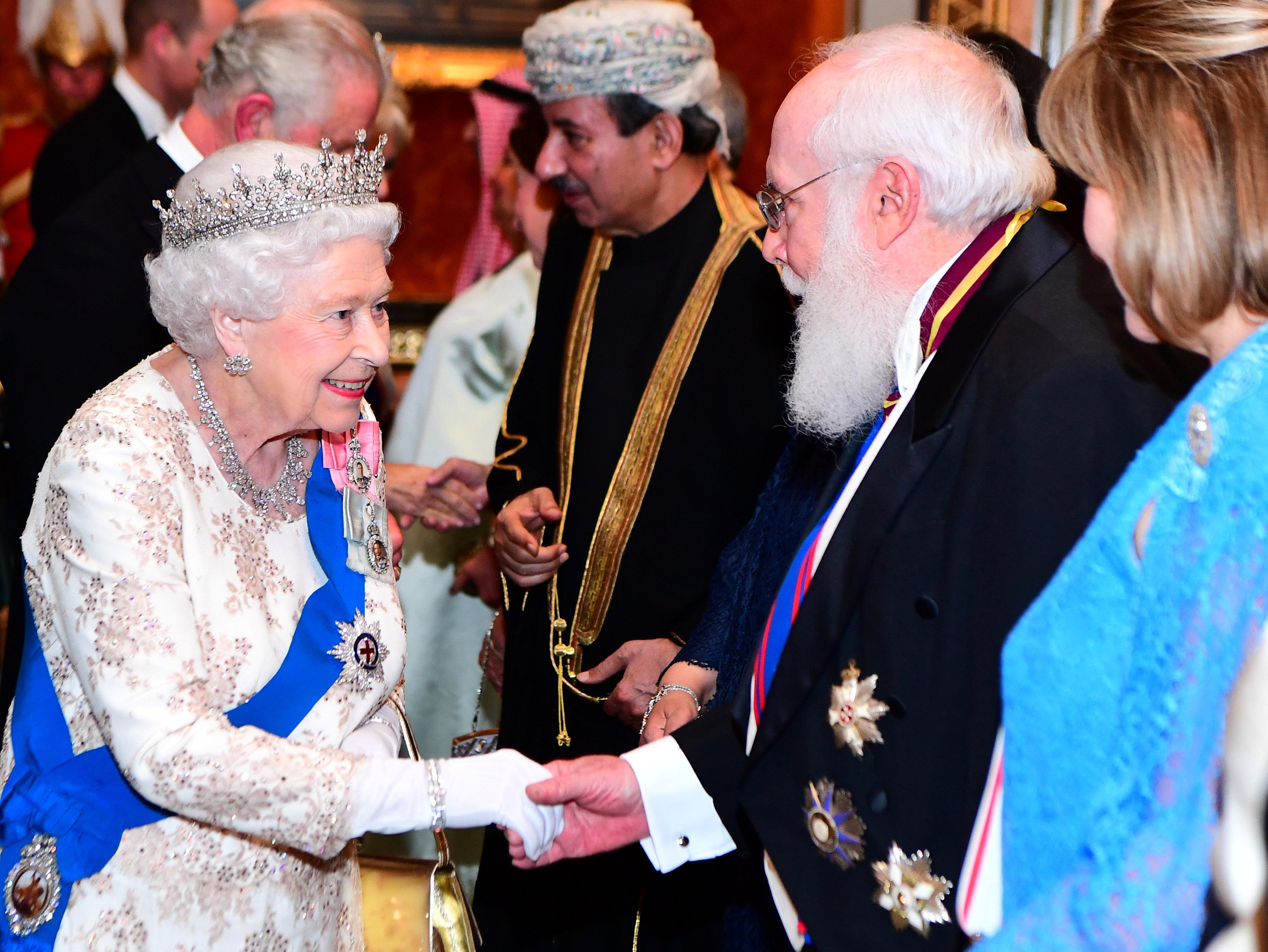 إليزابيث ترحب بأحد السفراء