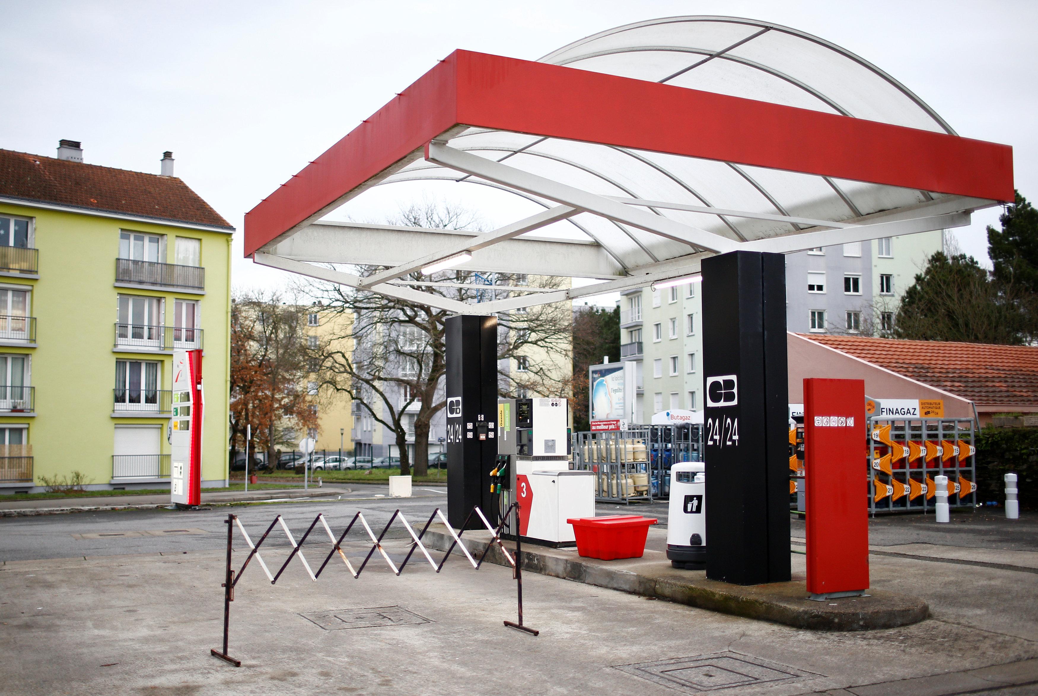 محطة وقود مغلقة فى العاصمة الفرنسية