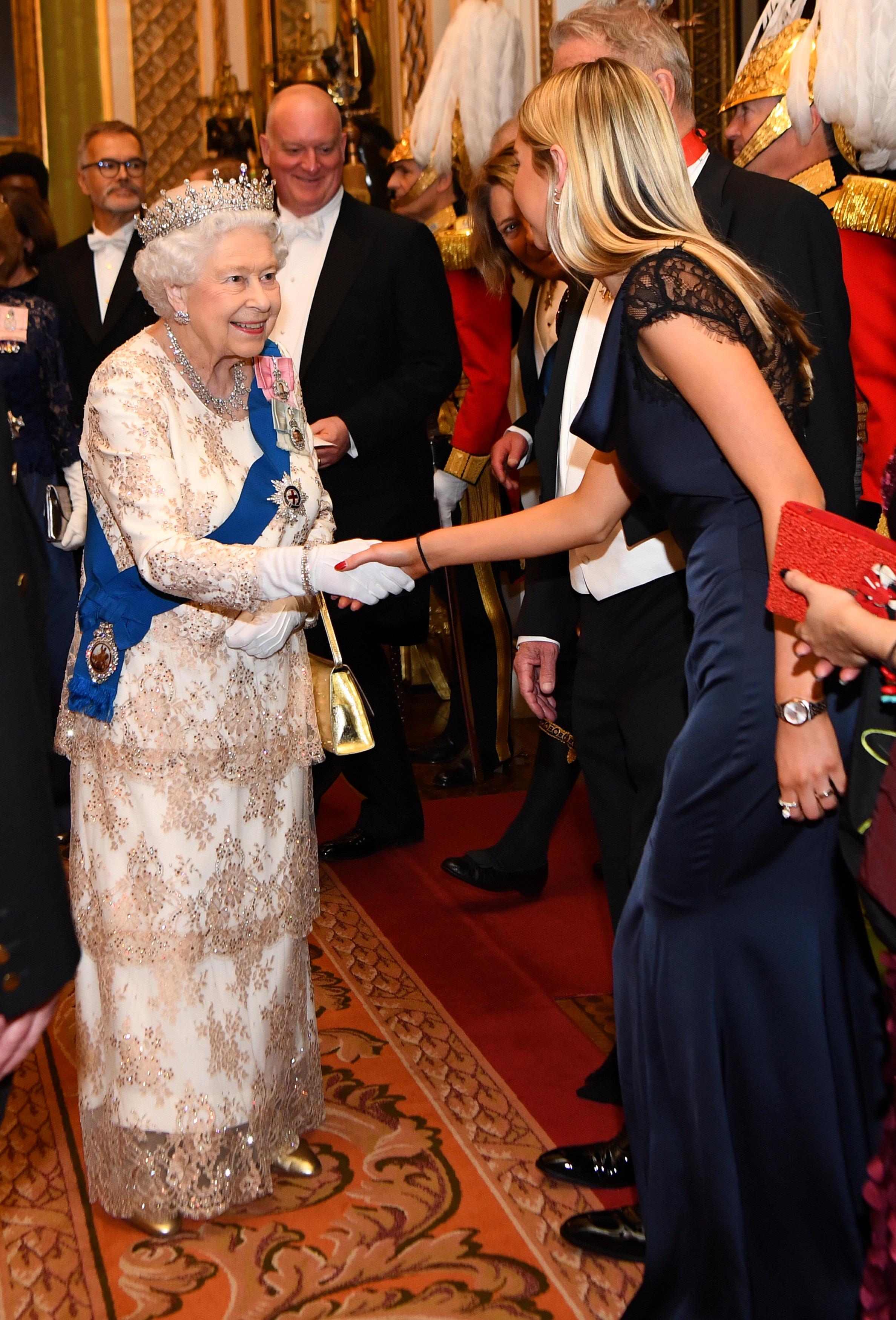إليزابيث ترحب بإحدى الدبلوماسيات