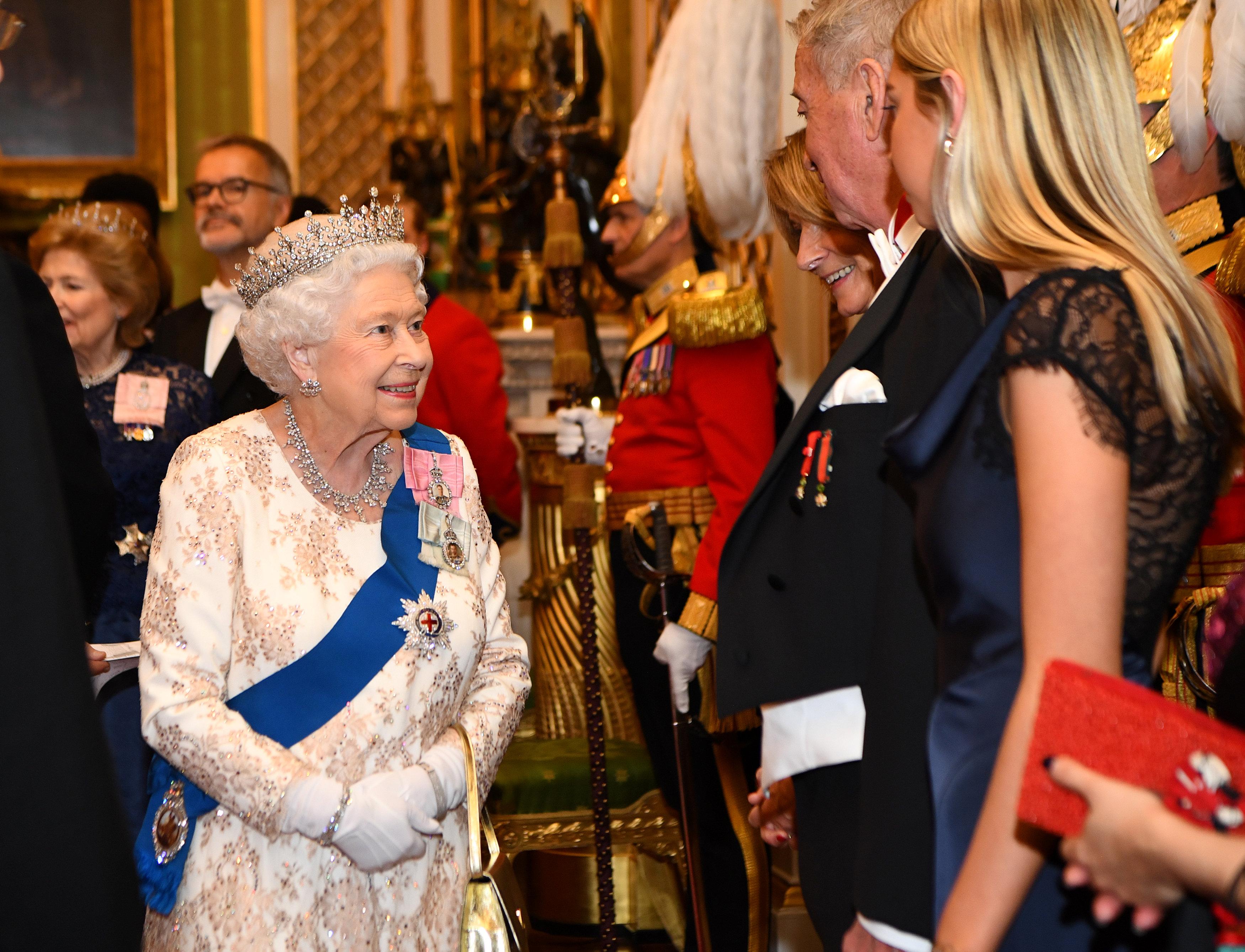 الملكة إليزابيث فى حوار مع أحد الدبلوماسيين