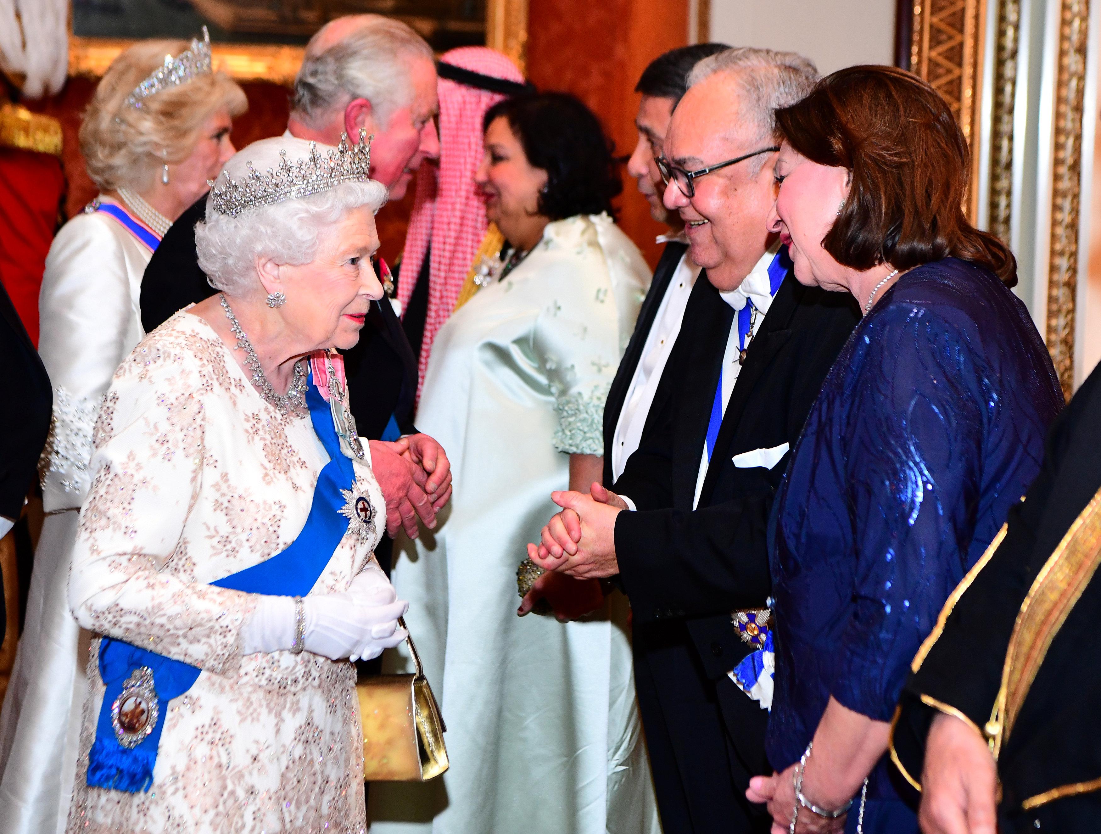 الملكة فى حوار مع الضيوف