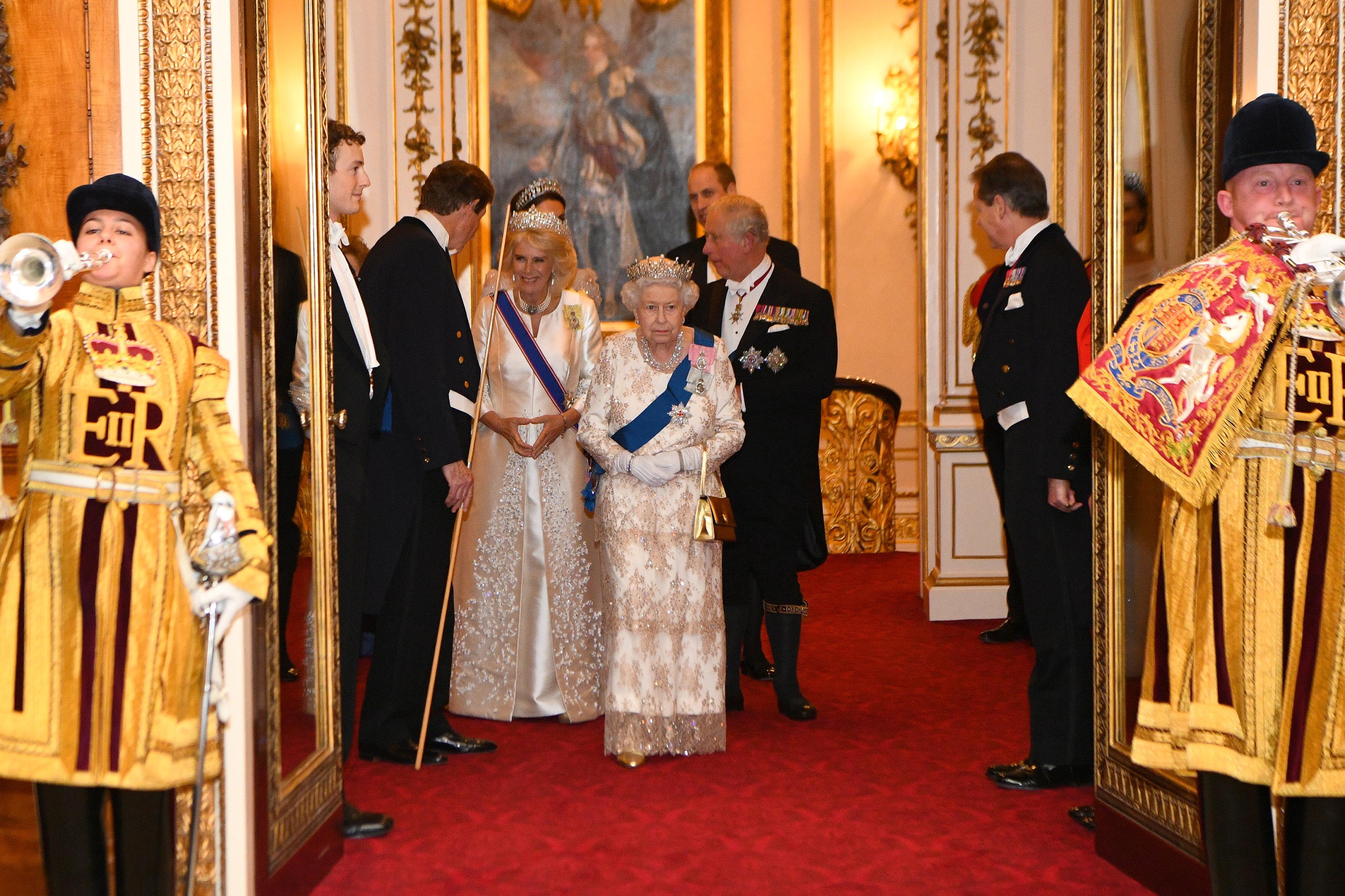 الملكة إليزابيث وولى عهدها الأمير تشارلز أثناء دخولهما لاستقبال الوفود الدبلوماسية