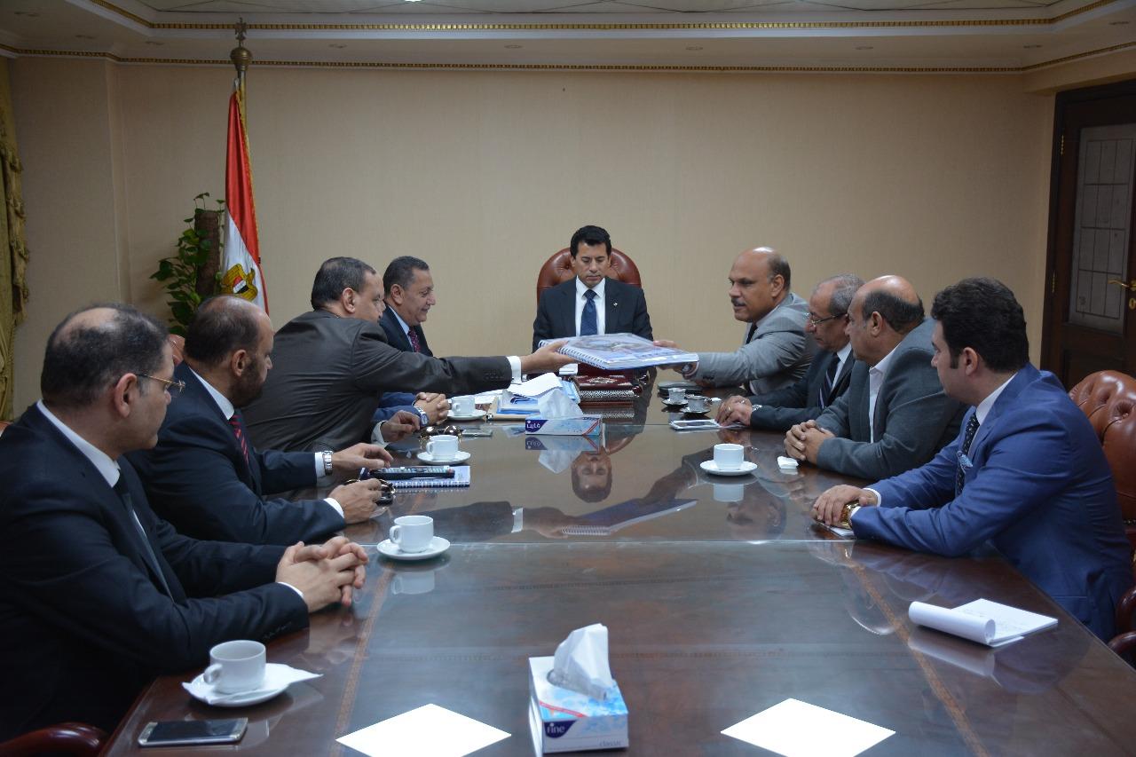 جلسة صبحى مع مستثمرى بورسعيد