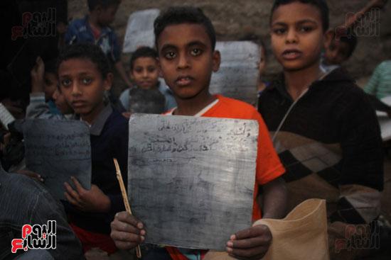 أطفال-بقرية-حاجر-الأقالته-الغربي-بالأقصر-يحفظون-كتاب-الله-علي-ألواح-صفيح-(23)