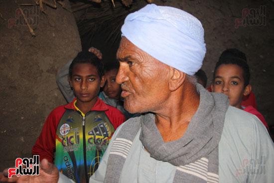 أطفال-بقرية-حاجر-الأقالته-الغربي-بالأقصر-يحفظون-كتاب-الله-علي-ألواح-صفيح-(21)
