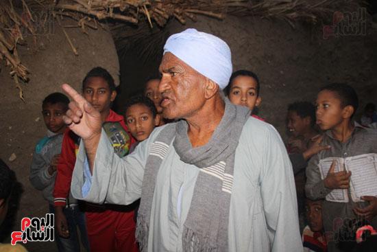 أطفال-بقرية-حاجر-الأقالته-الغربي-بالأقصر-يحفظون-كتاب-الله-علي-ألواح-صفيح-(6)