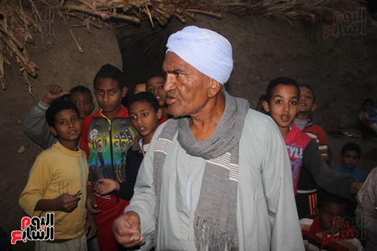 أطفال-بقرية-حاجر-الأقالته-الغربي-بالأقصر-يحفظون-كتاب-الله-علي-ألواح-صفيح-(18)