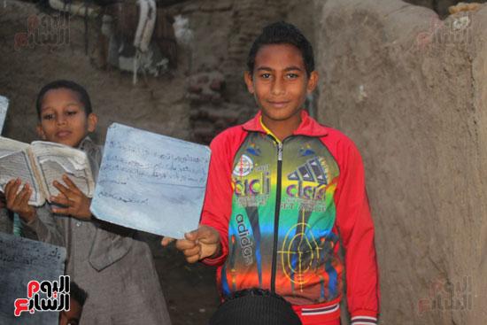 أطفال-بقرية-حاجر-الأقالته-الغربي-بالأقصر-يحفظون-كتاب-الله-علي-ألواح-صفيح-(15)