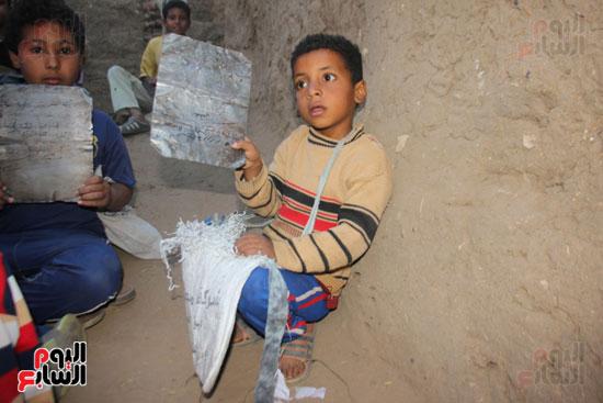 أطفال-بقرية-حاجر-الأقالته-الغربي-بالأقصر-يحفظون-كتاب-الله-علي-ألواح-صفيح-(3)