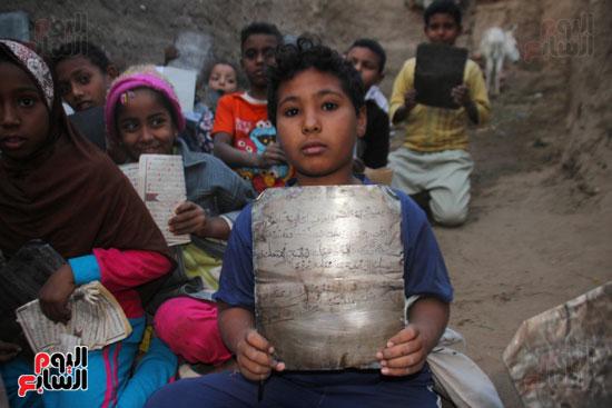 أطفال-بقرية-حاجر-الأقالته-الغربي-بالأقصر-يحفظون-كتاب-الله-علي-ألواح-صفيح-(13)