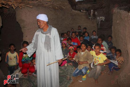 أطفال-بقرية-حاجر-الأقالته-الغربي-بالأقصر-يحفظون-كتاب-الله-علي-ألواح-صفيح-(9)