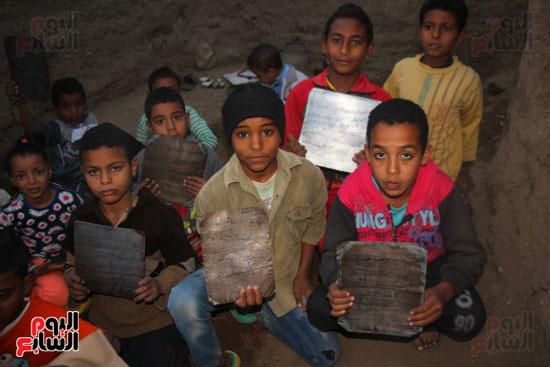 أطفال-بقرية-حاجر-الأقالته-الغربي-بالأقصر-يحفظون-كتاب-الله-علي-ألواح-صفيح-(8)
