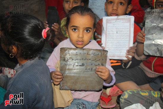 أطفال-بقرية-حاجر-الأقالته-الغربي-بالأقصر-يحفظون-كتاب-الله-علي-ألواح-صفيح-(4)