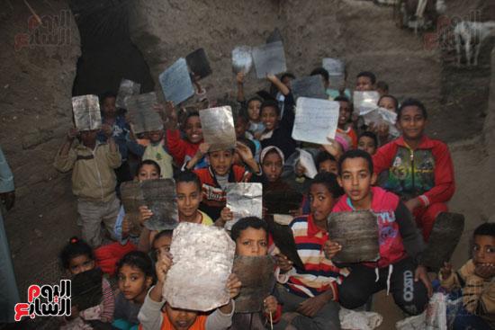 أطفال-بقرية-حاجر-الأقالته-الغربي-بالأقصر-يحفظون-كتاب-الله-علي-ألواح-صفيح-(24)