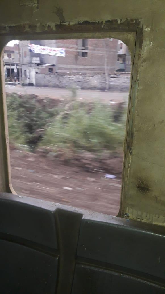 نافذه قطار بدون زجاج