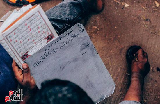 أطفال-بقرية-حاجر-الأقالته-الغربي-بالأقصر-يحفظون-كتاب-الله-علي-ألواح-صفيح-(7)
