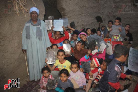 أطفال-بقرية-حاجر-الأقالته-الغربي-بالأقصر-يحفظون-كتاب-الله-علي-ألواح-صفيح-(25)