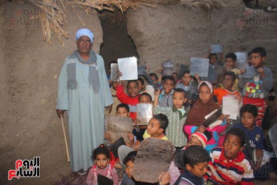 أطفال-بقرية-حاجر-الأقالته-الغربي-بالأقصر-يحفظون-كتاب-الله-علي-ألواح-صفيح-(1)