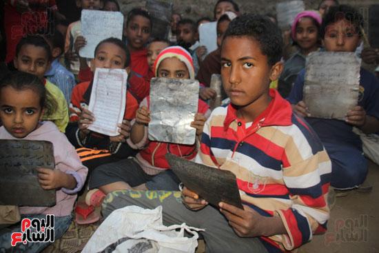 أطفال-بقرية-حاجر-الأقالته-الغربي-بالأقصر-يحفظون-كتاب-الله-علي-ألواح-صفيح-(22)