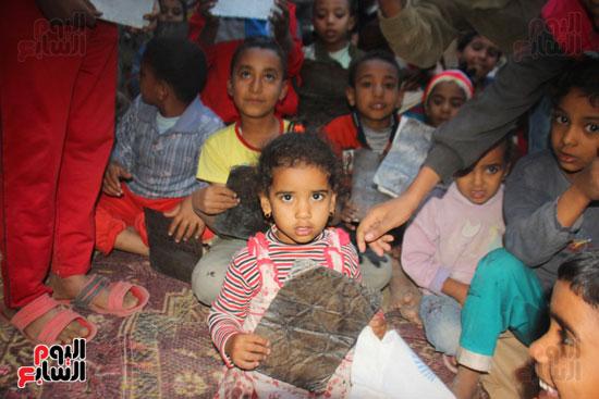 أطفال-بقرية-حاجر-الأقالته-الغربي-بالأقصر-يحفظون-كتاب-الله-علي-ألواح-صفيح-(5)