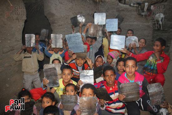 أطفال-بقرية-حاجر-الأقالته-الغربي-بالأقصر-يحفظون-كتاب-الله-علي-ألواح-صفيح-(2)