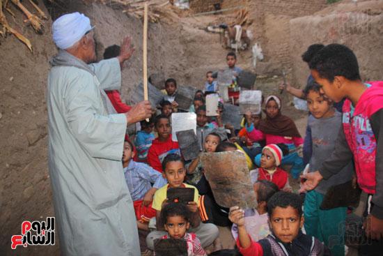 أطفال-بقرية-حاجر-الأقالته-الغربي-بالأقصر-يحفظون-كتاب-الله-علي-ألواح-صفيح-(16)