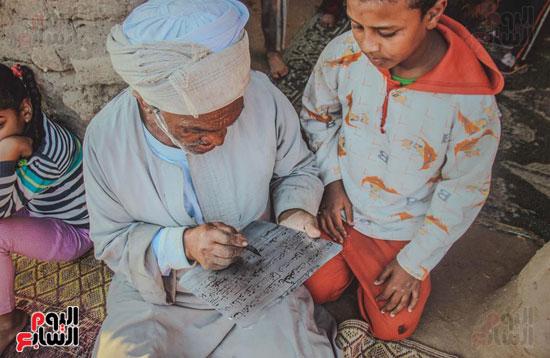 أطفال-بقرية-حاجر-الأقالته-الغربي-بالأقصر-يحفظون-كتاب-الله-علي-ألواح-صفيح-(10)