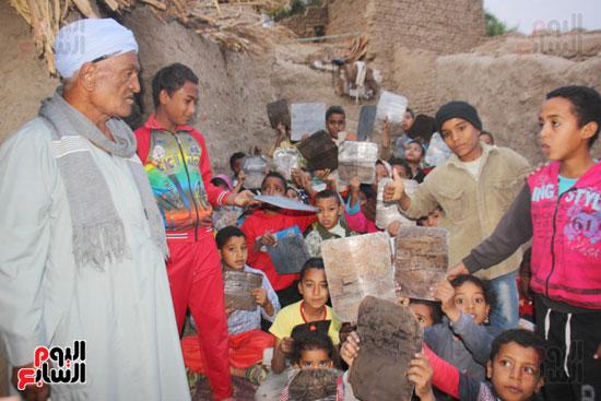 أطفال-بقرية-حاجر-الأقالته-الغربي-بالأقصر-يحفظون-كتاب-الله-علي-ألواح-صفيح-(19)