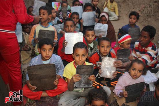 أطفال-بقرية-حاجر-الأقالته-الغربي-بالأقصر-يحفظون-كتاب-الله-علي-ألواح-صفيح-(11)
