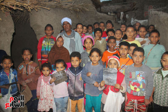 أطفال-بقرية-حاجر-الأقالته-الغربي-بالأقصر-يحفظون-كتاب-الله-علي-ألواح-صفيح-(14)