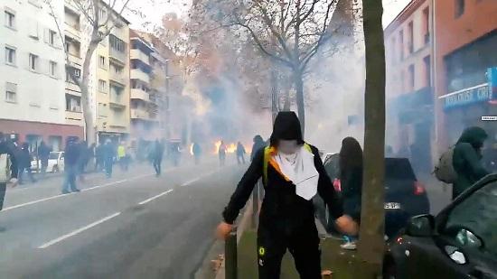 نيران ودخان يهيمنان على شوارع باريس
