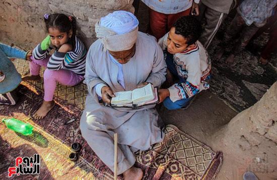أطفال-بقرية-حاجر-الأقالته-الغربي-بالأقصر-يحفظون-كتاب-الله-علي-ألواح-صفيح-(17)