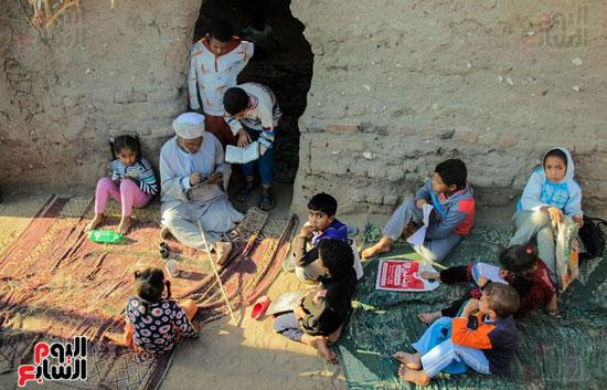 أطفال-بقرية-حاجر-الأقالته-الغربي-بالأقصر-يحفظون-كتاب-الله-علي-ألواح-صفيح-(12)