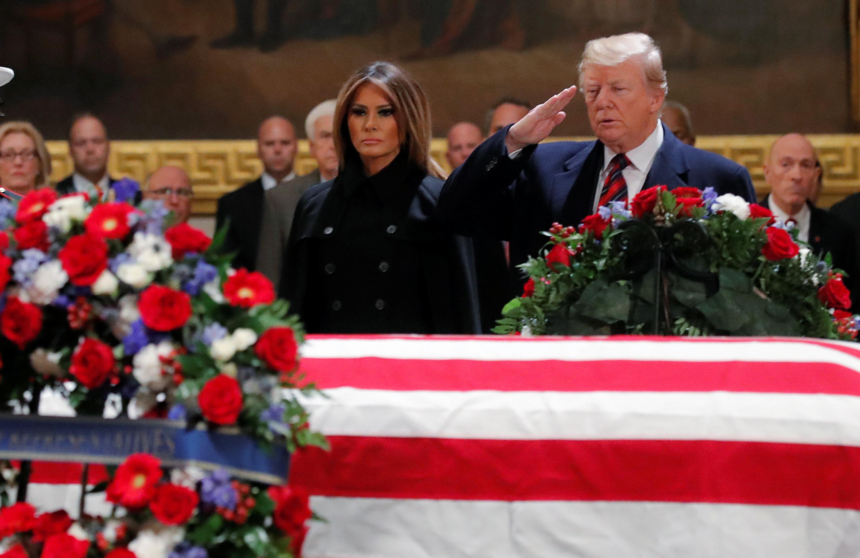 ترامب وميلانيا ونعش جورج بوش الأب