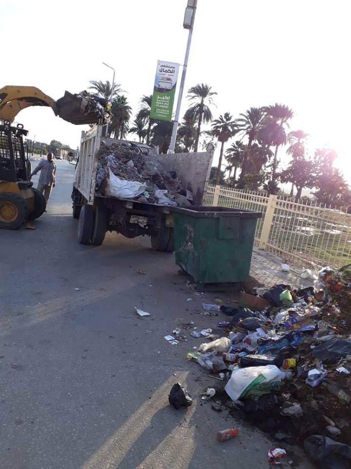 20 مشرف وعامل نظافة و12 قلاب تنجح في رفع 36 طن تراكمات وقمامة بشوارع الأقصر (2)