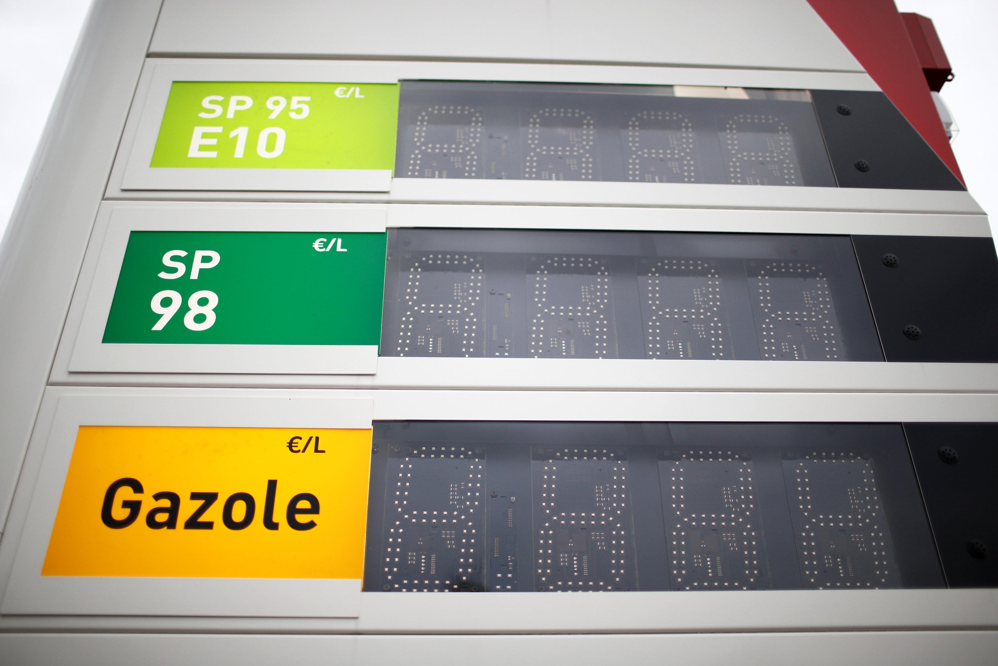 شاشات إليكترونية بمحطات البنزين تكشف خلوها من الوقود