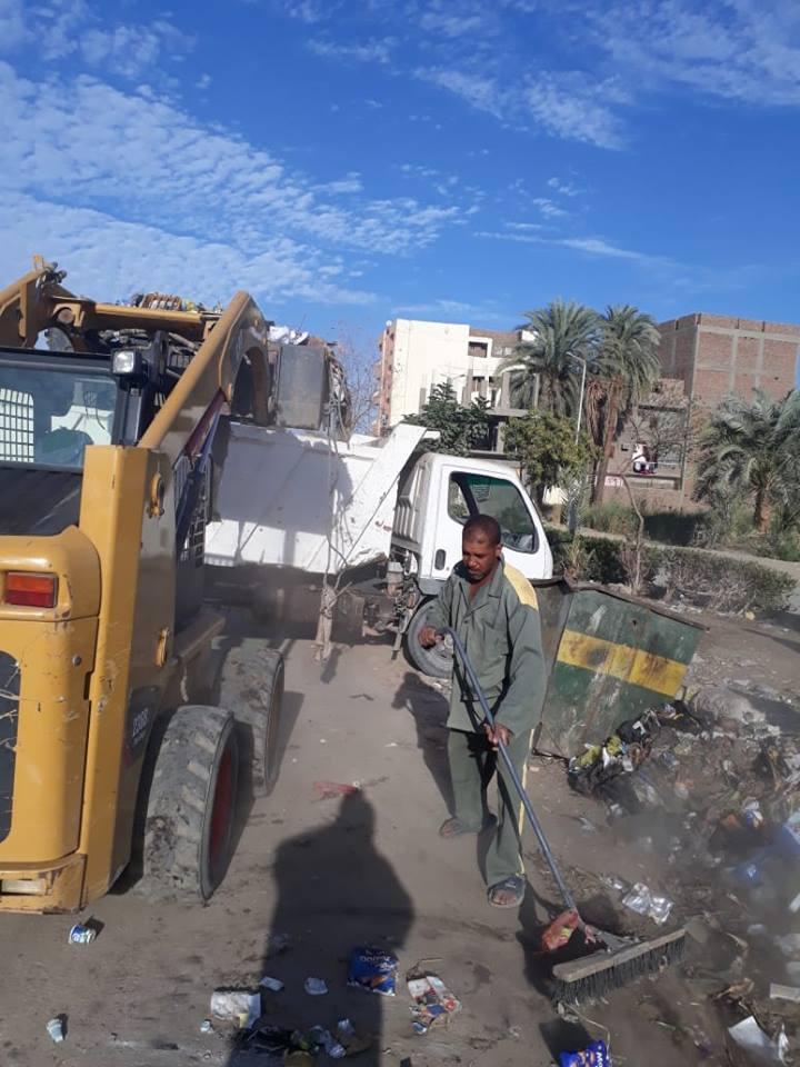 20 مشرف وعامل نظافة و12 قلاب تنجح في رفع 36 طن تراكمات وقمامة بشوارع الأقصر (1)