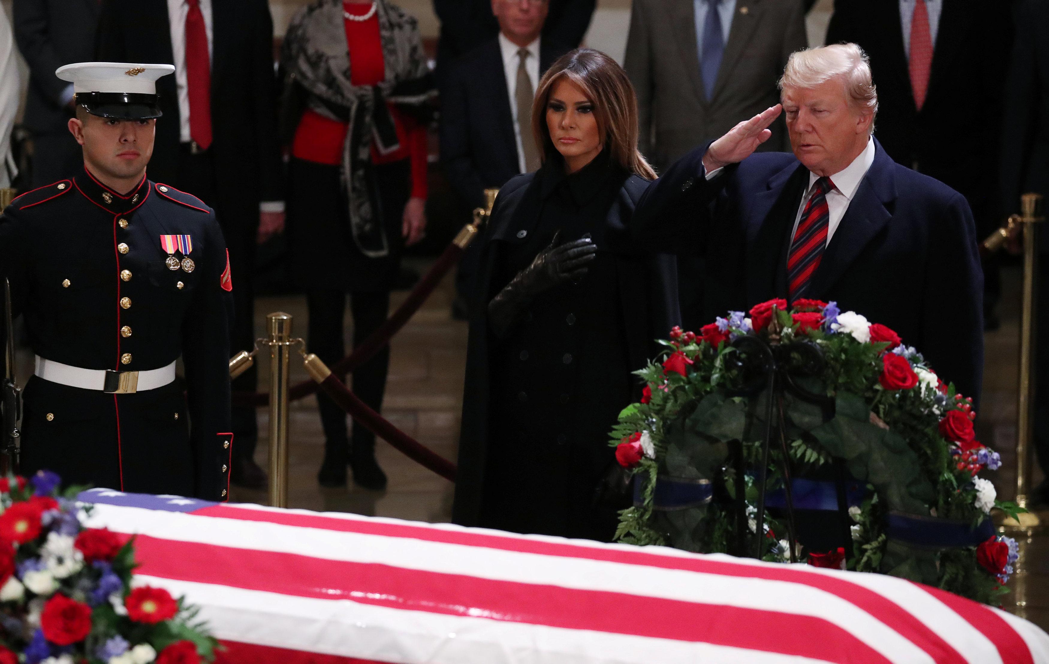 ترامب وميلانيا يقدمان التحية لنعش جورج بوش الأب بالكونجرس