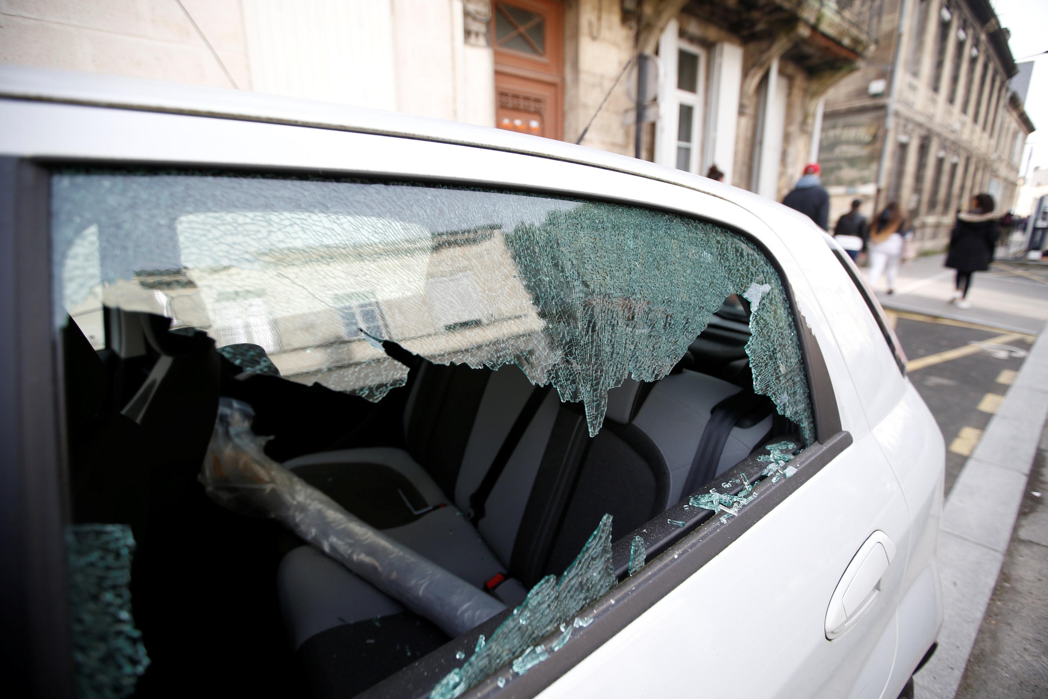 أحد السيارات وقد هشمها دعاة الفوضى