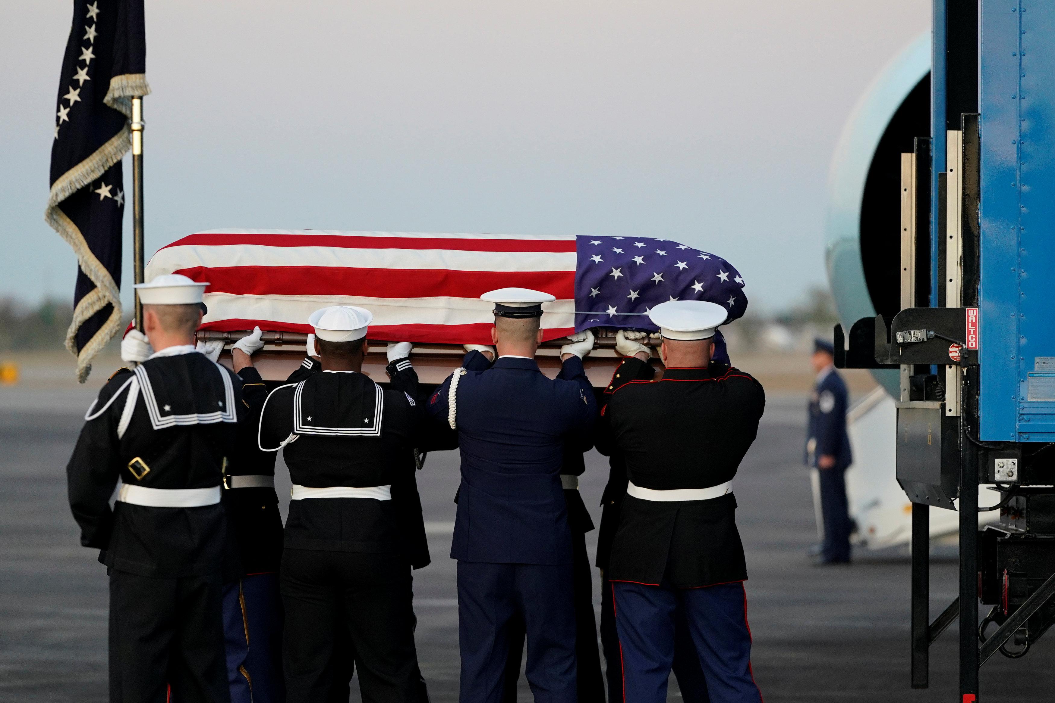 انطلاق مراسم جنازة الرئيس الأمريكى جورج بوش الأب (17)