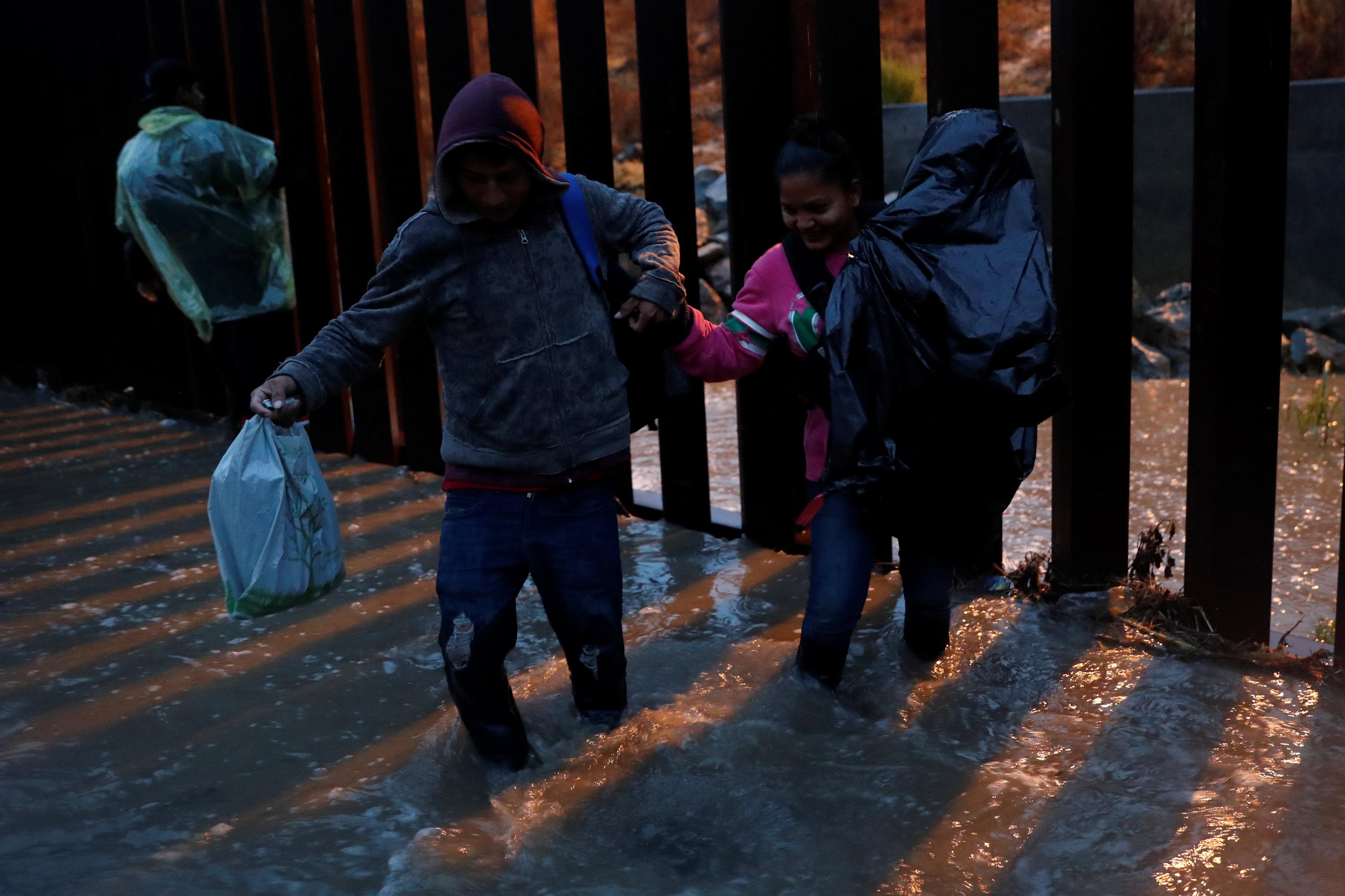 الأمطار تهطل على المهاجرين (1)
