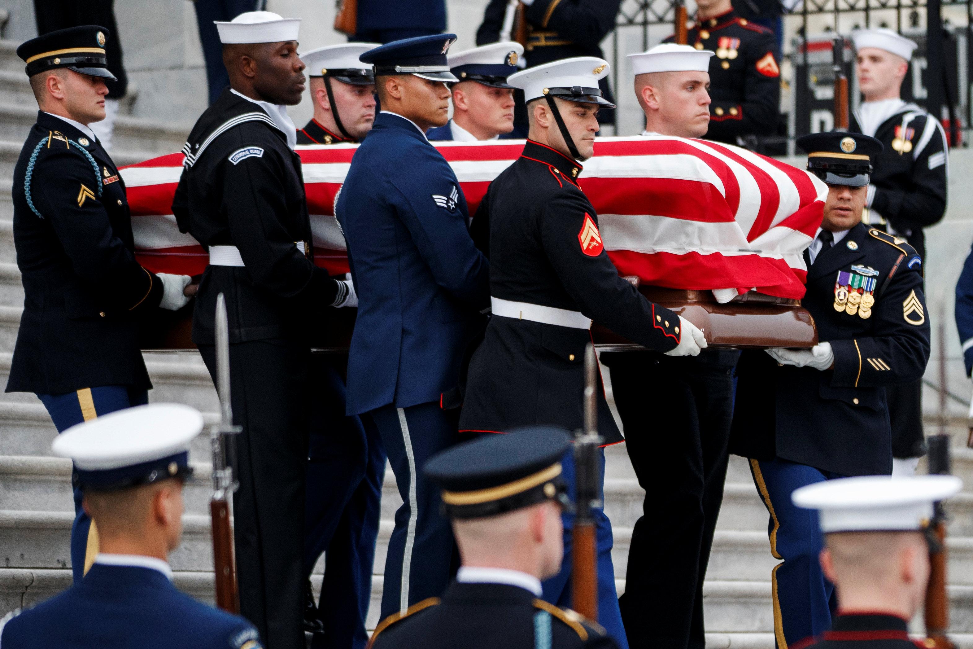 انطلاق مراسم جنازة الرئيس الأمريكى جورج بوش الأب (13)