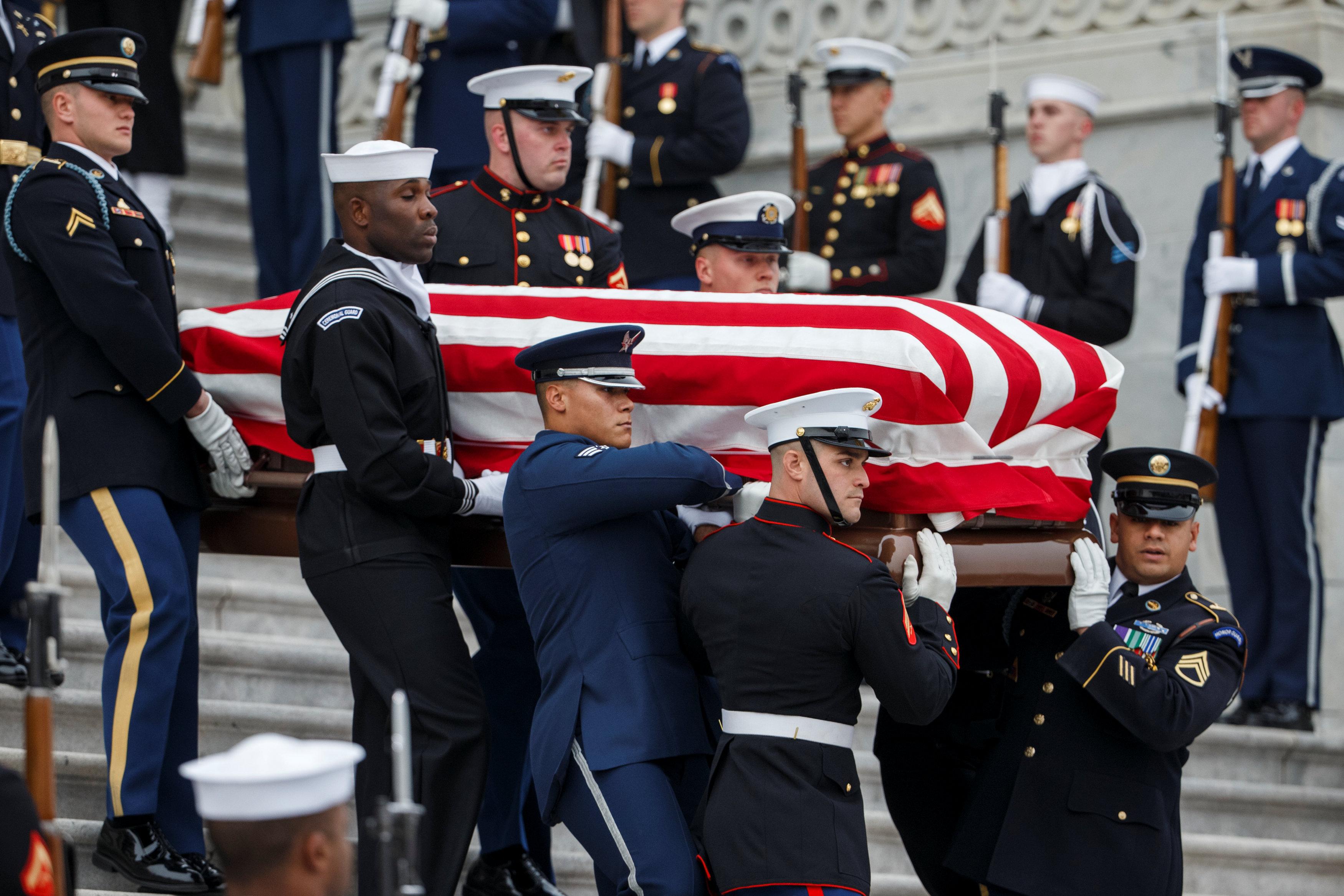 انطلاق مراسم جنازة الرئيس الأمريكى جورج بوش الأب (11)
