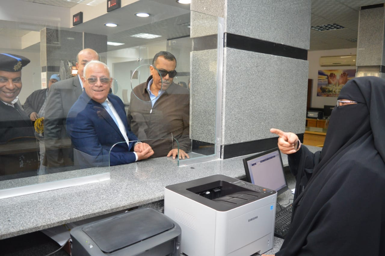 محافظ بورسعيد يتفقد إدارة خدمة المواطنين والمشاركين فى مسابقة بورسعيد فى عيون أبنائها   (5)